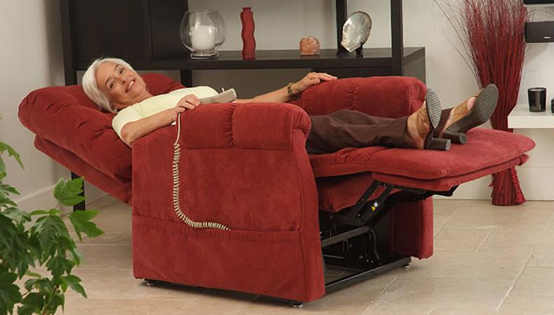 femme âgée profitant d'un fauteuil releveur